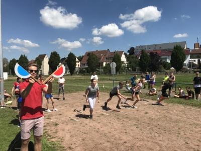 Hier sehen sie ein Bild zum Sporttag des PDG 2018. Es sind rennende Schüler zu sehen.