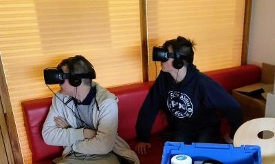 Schüler des PDG bei der virtuellen Erkundung von Unternehmen